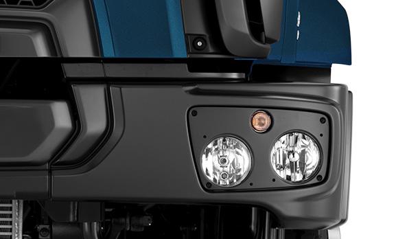 Faróis resistentes em policarbonato e superfície complexa com maior poder de iluminação.
