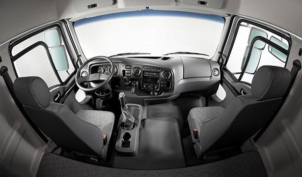 A cabine leito oferece amplo espaço interno e conforto para o motorista e ocupantes.