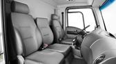 A opção cabine simples conta com bancos para dois passageiros mais o motorista.