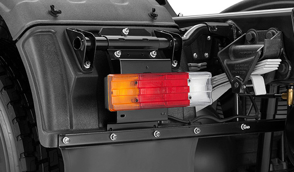 Lanternas traseiras, de formato horizontal e divididas em quatro seções.