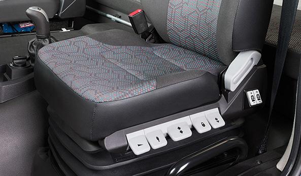 Banco extra-conforto do motorista. Permite a configuração e memorização de diferentes tipos de ajustes. Tem suspensão pneumática e opção de alivio rápido de pressão, o que facilita a saída do veículo.