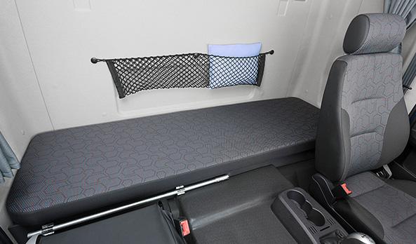 A cama é uma das maiores do mercado, com 1,90 metro, e possui amplo compartimento para malas.