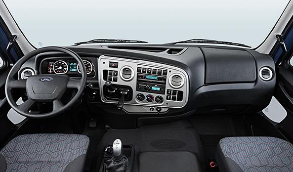 Painel moderno, ergonômico e envolvente. Mantém os comandos sempre à mão do motorista, contribuindo para uma condução mais segura do veículo. A estrutura patenteada com fibra de sisal aumenta a rigidez e reduz o nível de ruído interno.