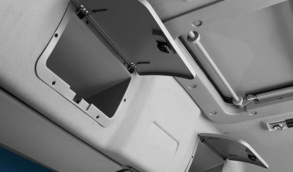 Na versão cabine leito, diversos porta-objetos posicionados em pontos estratégicos otimizam o espaço interno da cabine.