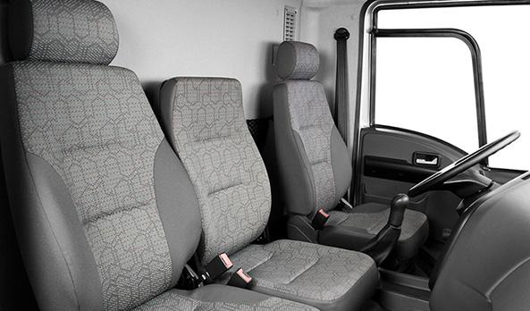 Conta com bancos para dois passageiros mais o motorista.