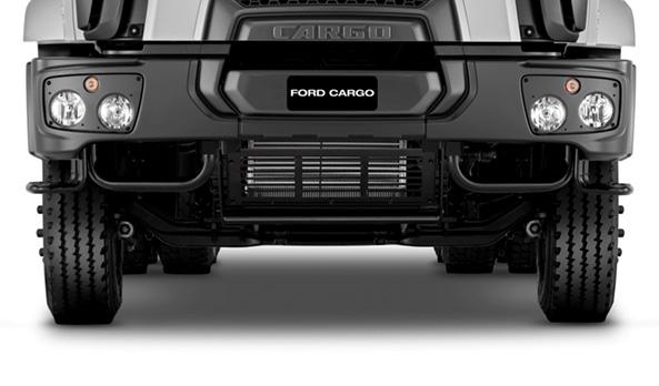 O para-choque dianteiro é composto por três partes, para fácil manutenção. Nos modelos 6x4, seu design permite melhor ângulo de entrada em terrenos acidentados.