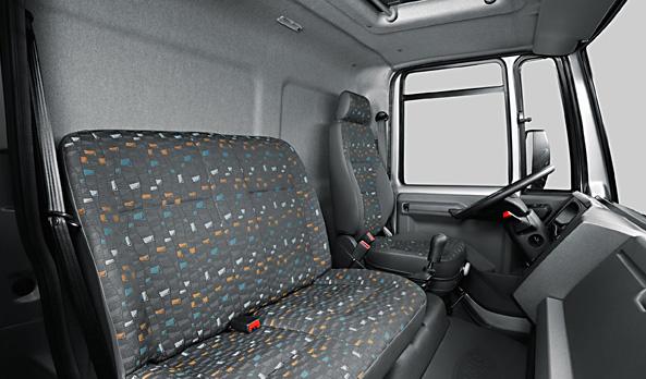 Interior da cabine com um ambiente de trabalho agradável ao motorista e passageiros.