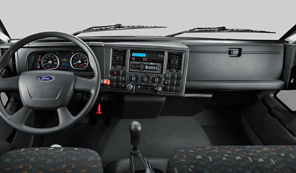 O painel é ergonômico e envolvente, trazendo todos os comandos à mão do motorista.
