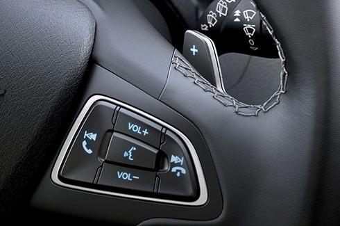 Comandos no volante para controlar as inúmeras funções do veículo