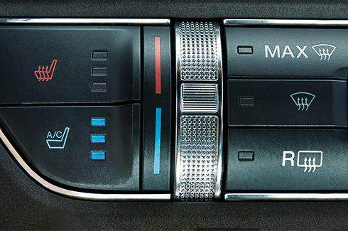 Carros Novos Ford Mustang Ar condicionado automático e digital com controle individual de temperatura para motorista e passageiro Ford Brenner Veículos